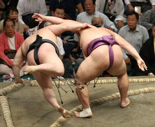 豪栄道(左)を上手投げで破る朝乃山(撮影・河田真司)
