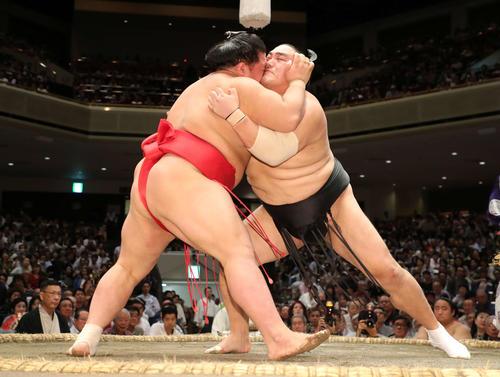 阿武咲(左)を激しく攻める隠岐の海(撮影・鈴木正人)