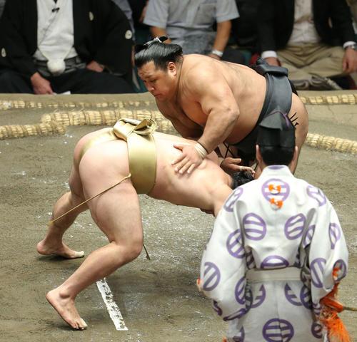 石浦(左)をはたき込みで破る松鳳山(撮影・河田真司)