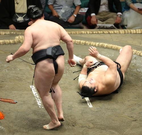 竜電(左)に引き落としで敗れる隠岐の海(撮影・河田真司)