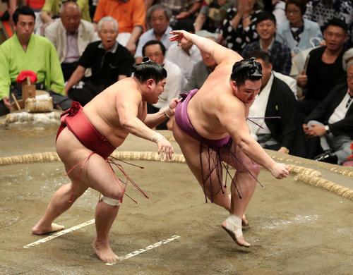 阿炎(左)の攻めを耐える朝乃山(撮影・鈴木正人)