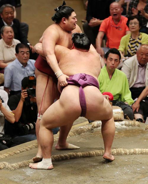 阿炎(左)を寄り切りで破る朝乃山(撮影・鈴木正人)