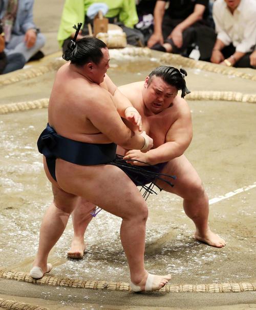 玉鷲(左)を押し出しで破る貴景勝(撮影・鈴木正人)
