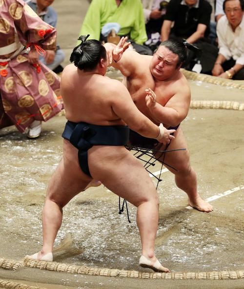 玉鷲(左)を激しく攻める貴景勝(撮影・鈴木正人)