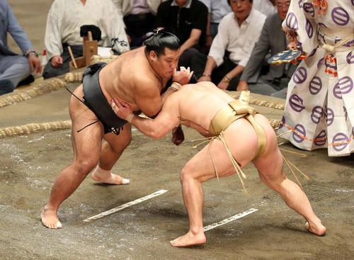 石浦(右)をはたき込みで破る松鳳山(撮影・鈴木正人)