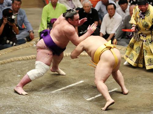 遠藤(右)をはたき込みで破る栃ノ心(撮影・鈴木正人)