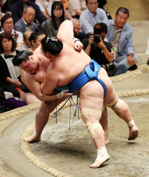 琴奨菊(右)をすくい投げで破る明生(撮影・鈴木正人)
