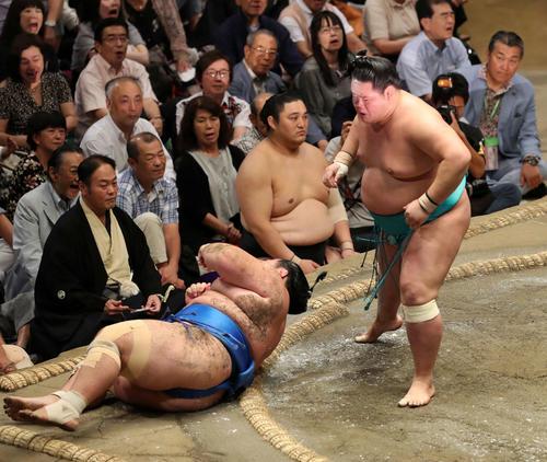 琴奨菊(左)をすくい投げで破った明生(撮影・鈴木正人)