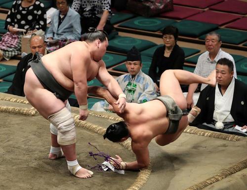 若隆元(右)を上手投げで破る照ノ富士(撮影・鈴木正人)