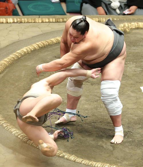 若隆元(左)を上手投げで破る照ノ富士(撮影・河田真司)