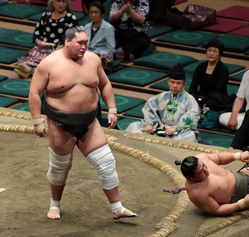 若隆元(右)を上手投げで破った照ノ富士(撮影・鈴木正人)
