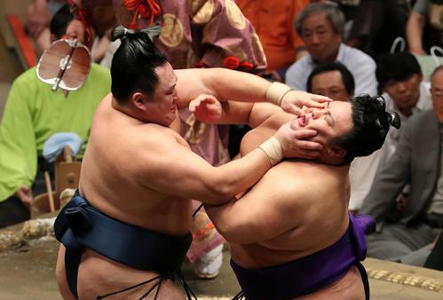 玉鷲(左)の攻めを耐える貴景勝(撮影・鈴木正人)