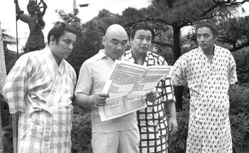 81年7月、名古屋場所の番付を見つめる井筒親方と三兄弟。左から長男の鶴嶺山、井筒親方、福薗(後の逆鉾)、三男の寺尾