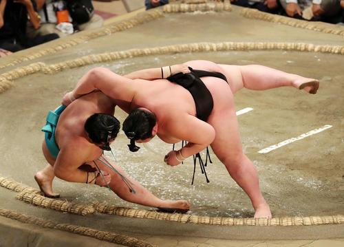 明生(左)を上手投げで破る剣翔(撮影・鈴木正人)