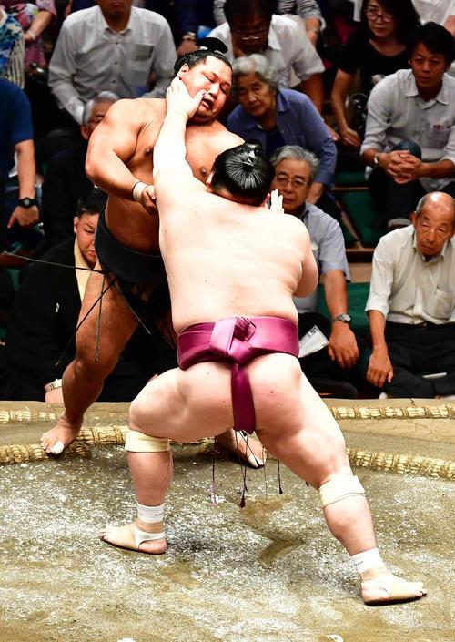 宝富士は押し出しで松鳳山(左)を下す(撮影・小沢裕)