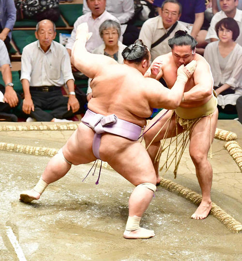 琴勇輝(左)は突き出しで石浦を下す(撮影・小沢裕)