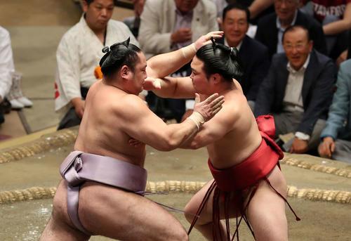 琴恵光(左)を激しく攻める炎鵬(撮影・鈴木正人)