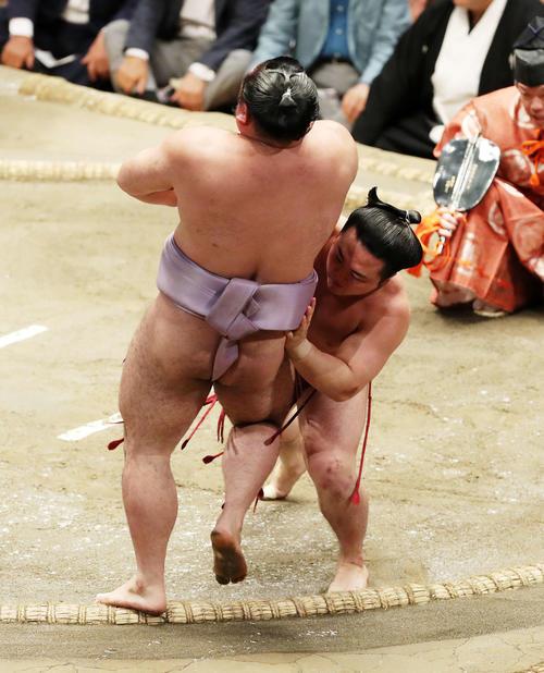 琴恵光(左)を寄り切りで破る炎鵬(撮影・鈴木正人)