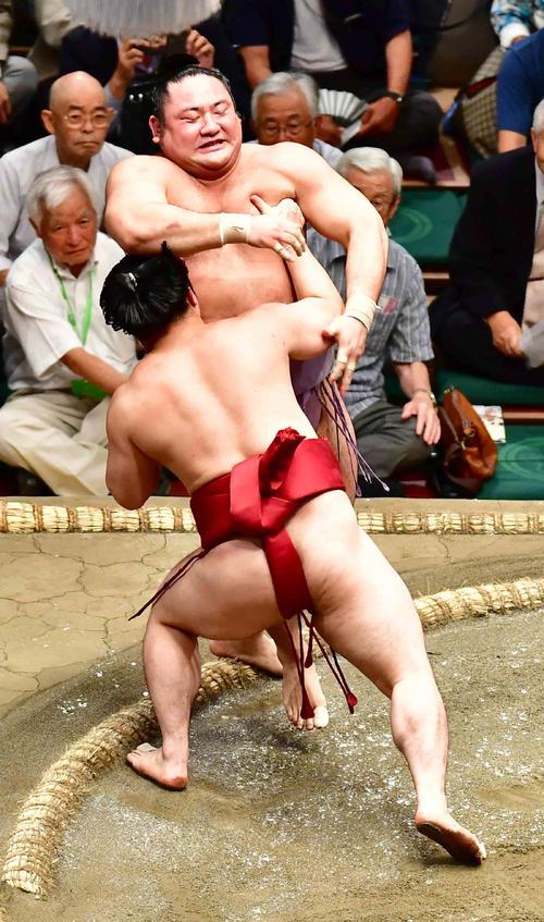 炎鵬(手前)は琴恵光を寄り切りで下す(撮影・小沢裕)