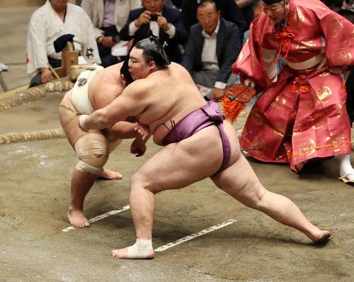 志摩ノ海(左)を激しく攻める朝乃山(撮影・鈴木正人)