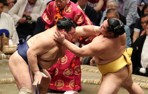 遠藤(右)を激しく攻める北勝富士(撮影・鈴木正人)