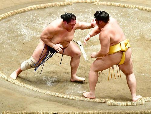 北勝富士(左)は押し出しで遠藤を下す(撮影・小沢裕)