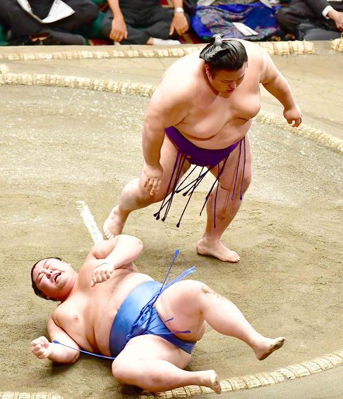 貴景勝は正代(左)を押し倒しで下す(撮影・小沢裕)