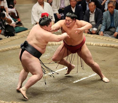 豪栄道(左)を激しく攻める阿炎(撮影・鈴木正人)