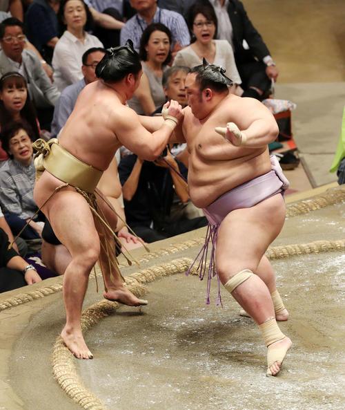 石浦(左)を突き出しで破る琴勇輝(撮影・鈴木正人)