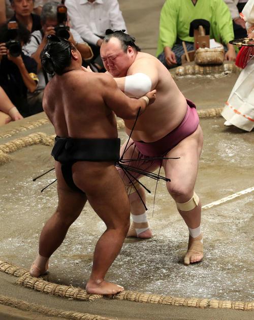 松鳳山(左)を押し出しで破る宝富士(撮影・鈴木正人)