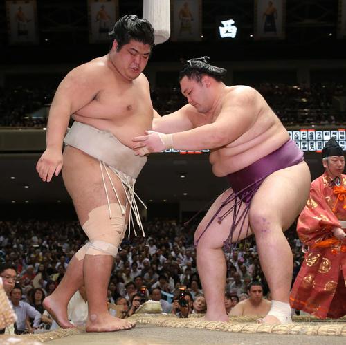 志摩ノ海(左)を寄り切りで破る朝乃山(撮影・河田真司)