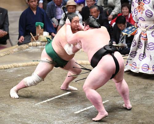 剣翔(右)ははたき込みで佐田の海を下す(撮影・加藤諒)