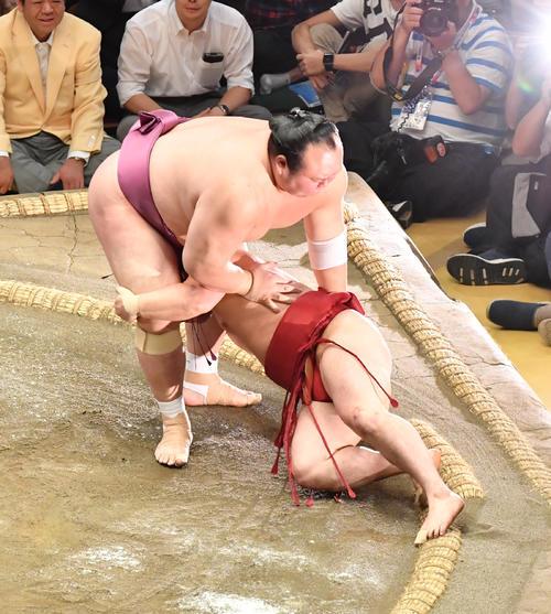 宝富士(上)は炎鵬を上手ひねりで破る(撮影・柴田隆二)