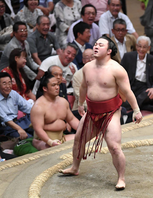 宝富士に敗れ、肩を落とす炎鵬(撮影・加藤諒)