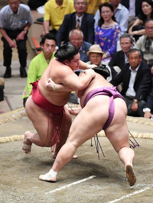 大栄翔(左)は突き落としで朝乃山を下す(撮影・加藤諒)