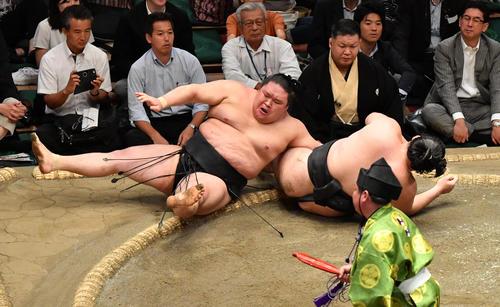 豪栄道(左)は竜電を上手投げで破る(撮影・柴田隆二)
