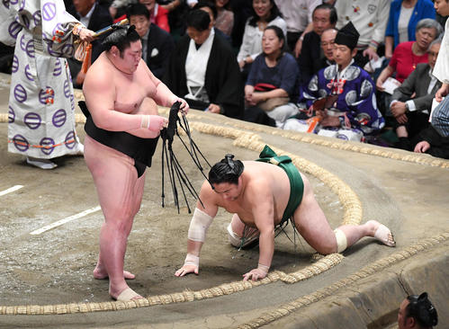 剣翔(左)ははたき込みで佐田の海を下す(撮影・加藤諒)
