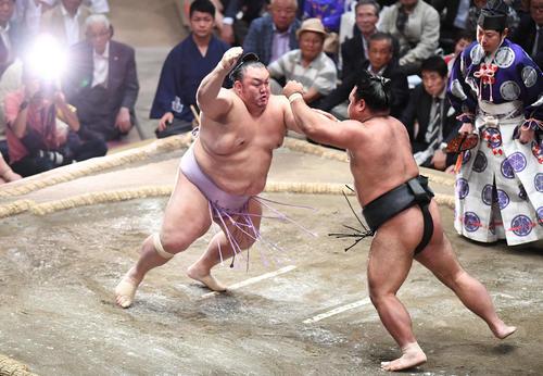松鳳山(右)を攻める琴勇輝(撮影・加藤諒)