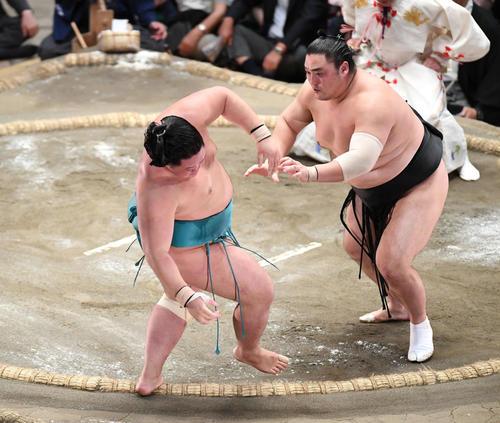 明生(左)は押し出しで隠岐の海に敗れる(撮影・加藤諒)