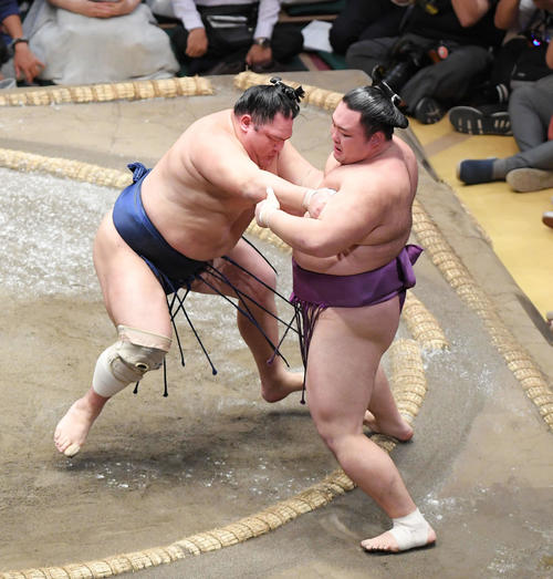 北勝富士(左)は押し出しで朝乃山を下す(撮影・加藤諒)
