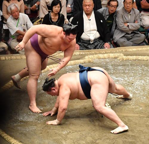 朝乃山(左)は玉鷲を突き落としで破る(撮影・柴田隆二)