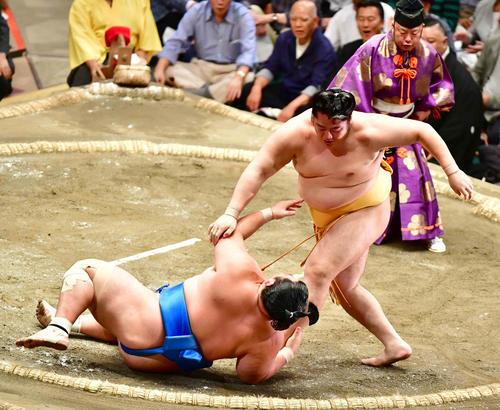 遠藤(右)は琴奨菊を上手投げで下す(撮影・小沢裕)