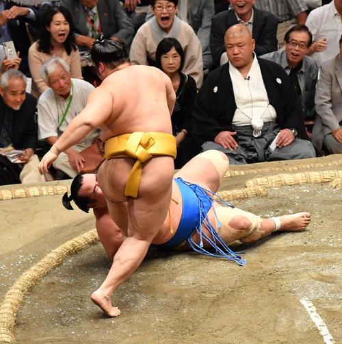 遠藤(手前)は琴奨菊を上手投げで破る(撮影・柴田隆二)