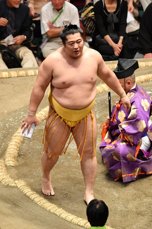 遠藤は琴奨菊を上手投げで破る(撮影・柴田隆二)