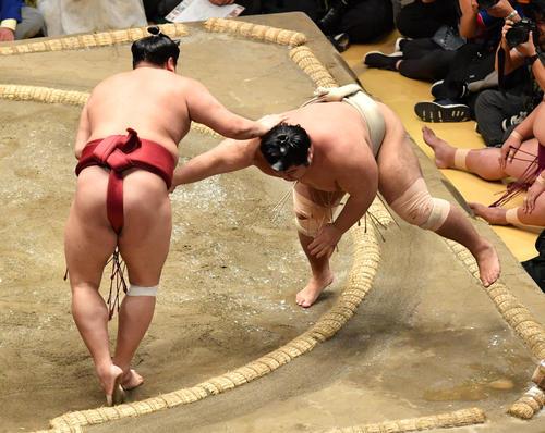 阿炎(左)は志摩ノ海を引き落としで破る(撮影・柴田隆二)