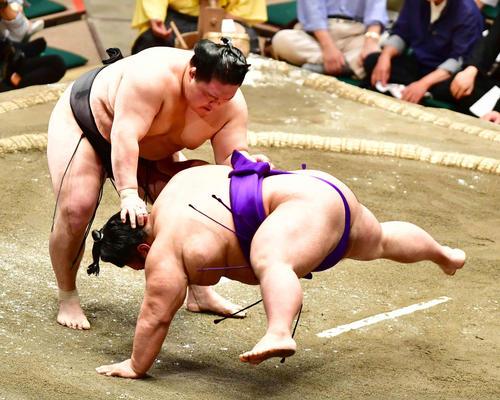 貴景勝(右)は豪栄道に上手投げで敗れる(撮影・小沢裕)