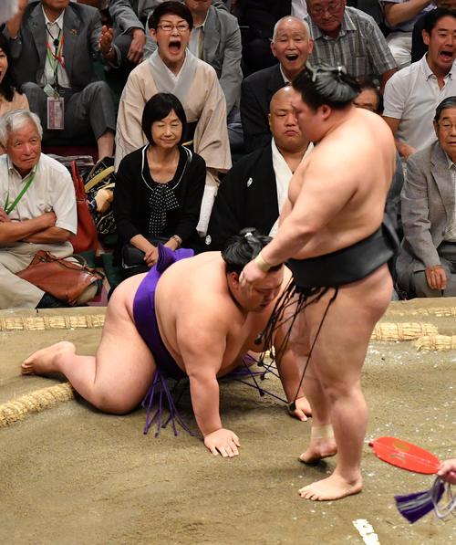貴景勝(左)は豪栄道に上手投げに敗れる(撮影・柴田隆二)