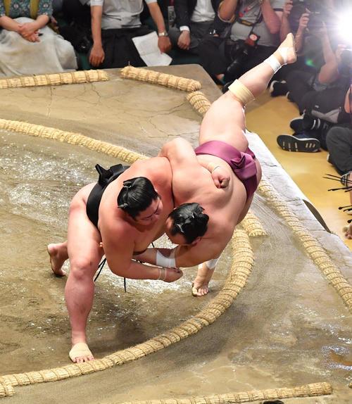 剣翔(左)は宝富士をすくい投げで破る(撮影・柴田隆二)