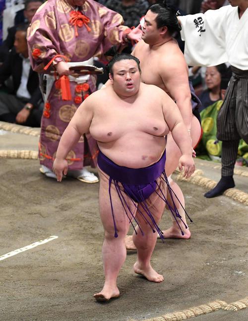 貴景勝(左)は突き落としで妙義龍を下す(撮影・加藤諒)