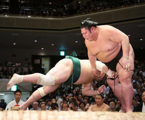 佐田の海(左)をはたき込みで破る剣翔(撮影・河田真司)